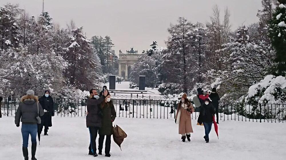 Milano sotto la neve, le persone al parco