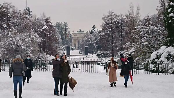 Milano sotto la neve, le persone al parco  - Sputnik Italia