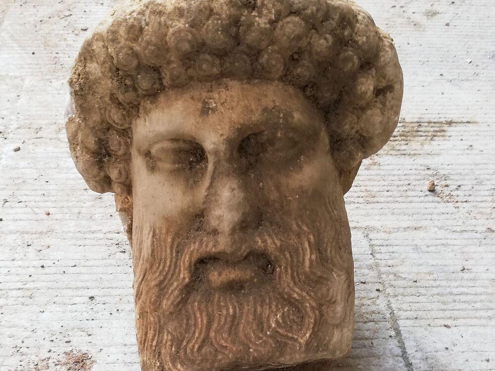 Durante i lavori di ammodernamento della rete fognaria, è stata trovata ad Atene la testa di un'antica statua di marmo raffigurante il dio Hermes, messaggero degli dei. Anche la Grecia, dopo l'Egitto e Israele, restituisce dal passato un oggetto di valore inestimabile.