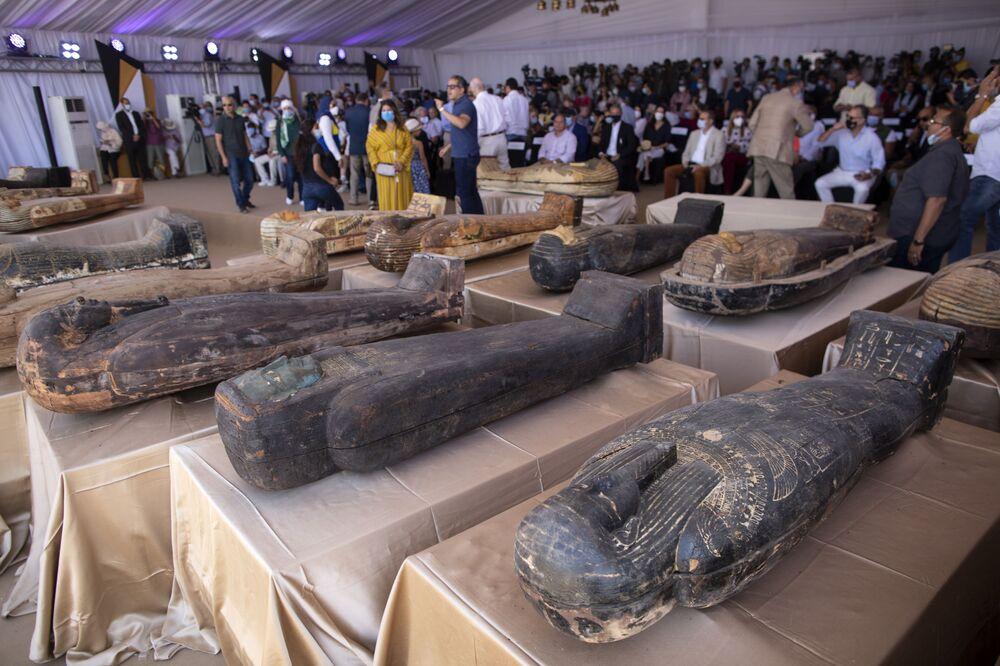 Sepolti più di 2.600 anni fa e mai più aperti, 59 sarcofagi di legno riportati alla luce dagli archeologi nell'area di Saqqara, a 30 chilometri dal Cairo in Egitto. Le tombe sono state trovate all'interno di tre pozzi profondi oltre 11 metri.