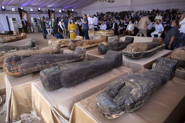 Sepolti più di 2.600 anni fa e mai più aperti, 59 sarcofagi di legno riportati alla luce dagli archeologi nell'area di Saqqara, a 30 chilometri dal Cairo in Egitto. Le tombe sono state trovate all'interno di tre pozzi profondi oltre 11 metri. - Sputnik Italia