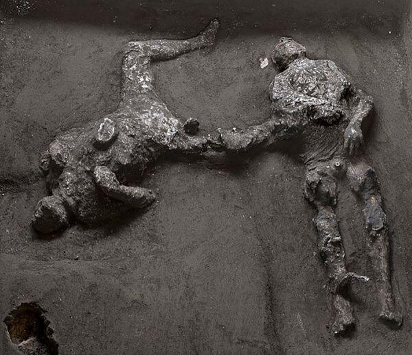 Scoperti due corpi all'interno degli scavi archeologici di Pompei: si tratta di due uomini, un quarantenne avvolto in un mantello di lana e il suo giovane schiavo, rinvenuti nella zona del criptoportico della villa.  - Sputnik Italia