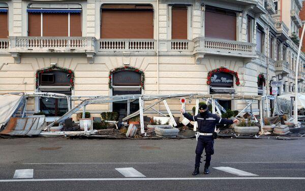 Maltempo a Napoli: un poliziotto per strada dopo una violenta mareggiata - Sputnik Italia