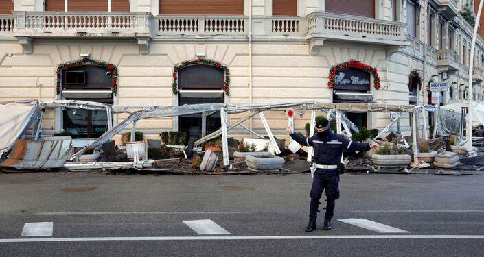 Maltempo a Napoli: un poliziotto per strada dopo una violenta mareggiata
