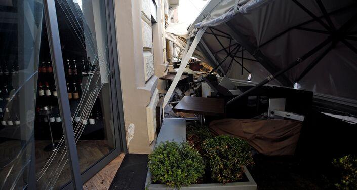 Maltempo a Napoli: un ristorante distrutto da una violenta mareggiata