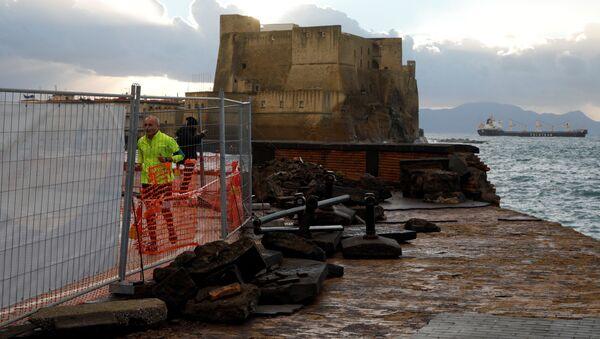 Maltempo a Napoli: mareggiata invade il lungomare Caracciolo - Sputnik Italia