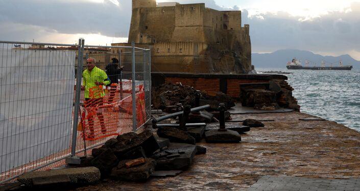Maltempo a Napoli: mareggiata invade il lungomare Caracciolo