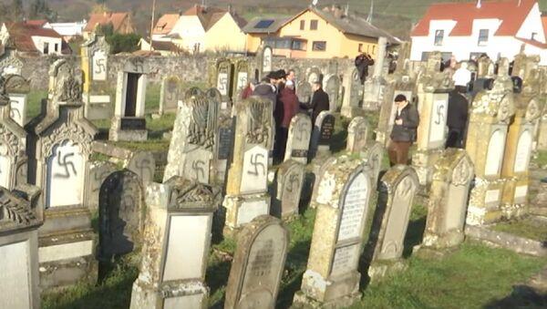Francia: oltre 100 tombe ebraiche deturpate con svastiche vicino a Strasburgo - Sputnik Italia