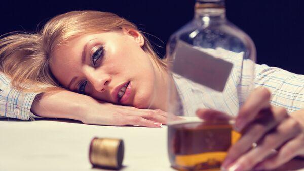 Женщина с бутылкой алкоголя в руке - Sputnik Italia