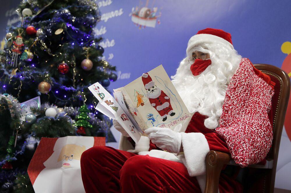 Un impiegato della posta legge le lettere indirizzate a Babbo Natale a Libourne, in Francia