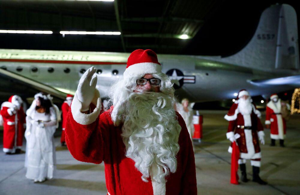 Persone vestite da Babbo Natale alla riunione annuale degli impiegati del servizio di noleggio presso l'ex aeroporto di Berlino-Tempelhof