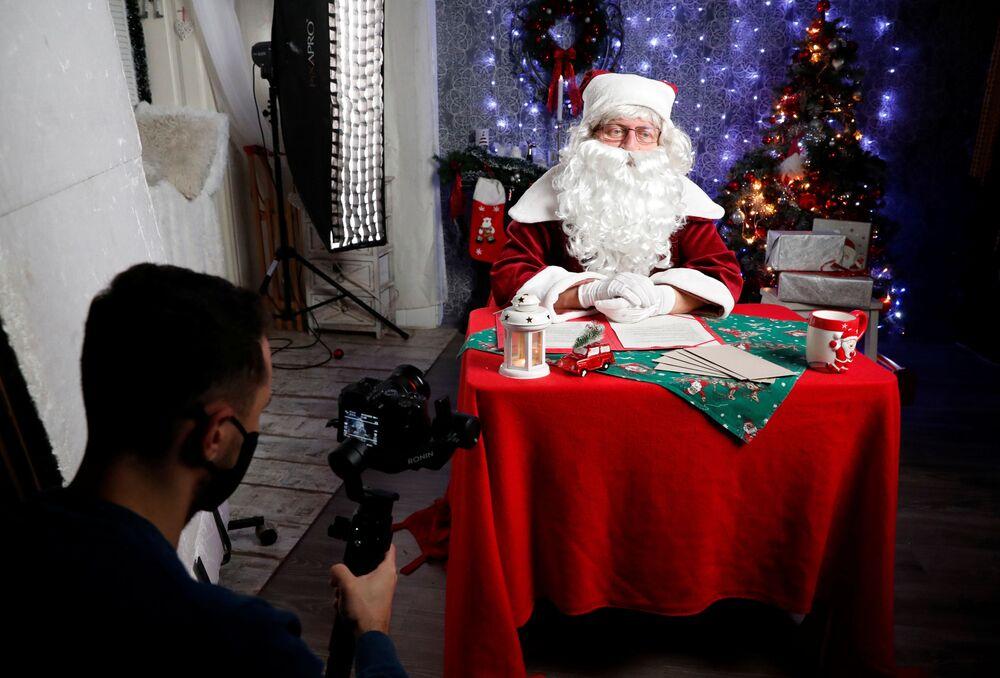 Uomo vestito da Babbo Natale a Budapest, Ungheria