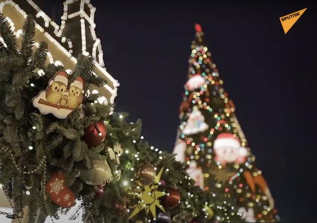 Le luci di Natale: strade e piazze di Mosca sono decorate per le feste