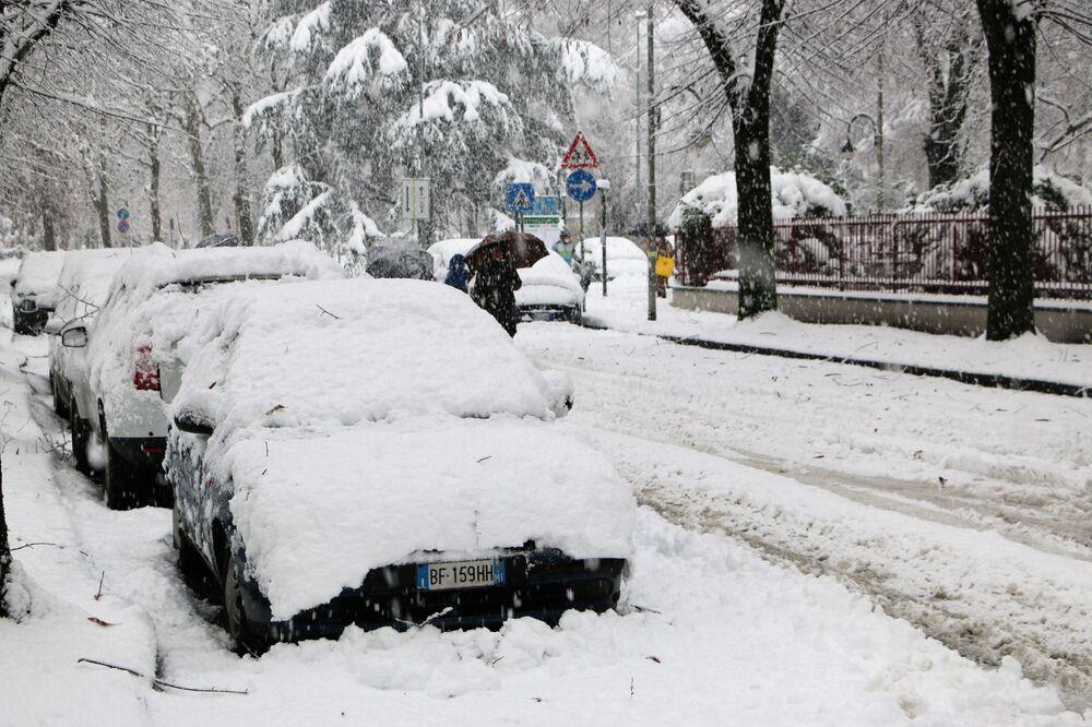 Macchine coperte da neve a Milano