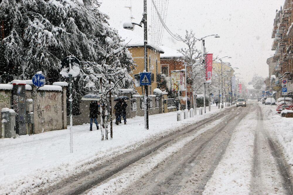 Una strada innevata a Milano