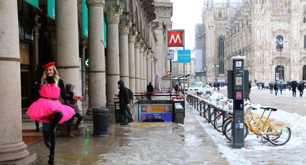 La Piazza Duomo a Milano con la neve