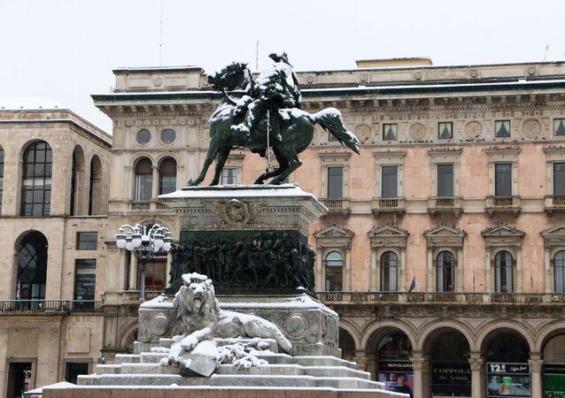 Un monumento coperto dalla neve a Milano