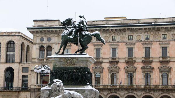 Un monumento coperto dalla neve a Milano - Sputnik Italia