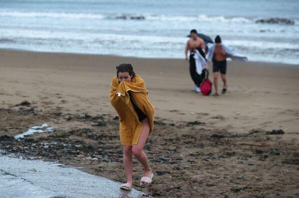 Le persone dopo aver fatto il bagno nel Mar del Nord, Gran Bretagna, il 1 gennaio 2021.  - Sputnik Italia