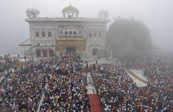 La gente nel Tempio d'Oro nei pressi di Amritsar, nello Stato del Punjab, in India, il 1 gennaio 2021.  - Sputnik Italia