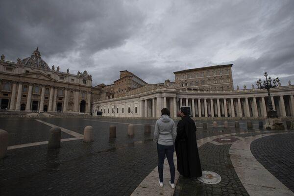 Due persone nella piazza vuota di San Pietro, Vaticano, il 1 gennaio 2021.  - Sputnik Italia