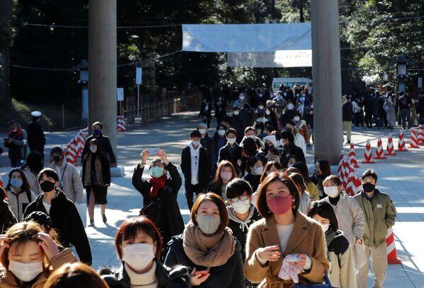 Le persone in mascherina vanno a pregare nel tempio Meiji a Tokyo, Giappone, il 1 gennaio 2021.  - Sputnik Italia
