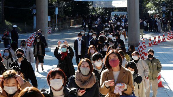 Люди в защитных масках идут молиться в храм Мэйдзи в Токио, Япония - Sputnik Italia