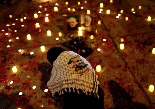 Una persona partecipa alla commemorazione dell'alto comandante militare iraniano, il Generale Qasem Soleimani e il comandante della milizia irachena Abu Mahdi al-Muhandis, uccisi lo scorso 3 gennaio 2020 in un attacco Usa a Bagdad. Iraq 2 gennaio 202