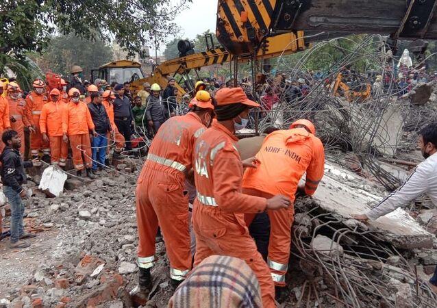 La National Disaster Response Force indiana al lavoro dopo il crollo del tetto di un crematorio nell'Uttar Pradesh
