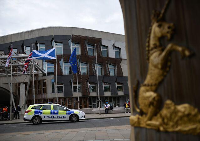 Bandiere britanniche, europee e scozzesi fuori dal parlamento ad Edinburgo, all'indomani del referendum Brexit