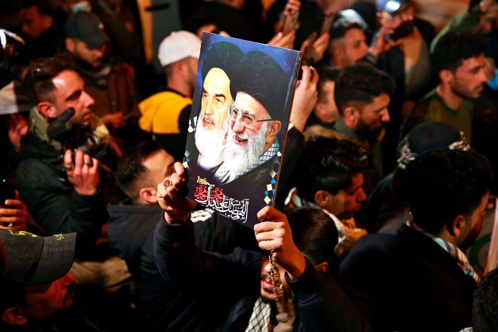 Militanti delle milizie sciite e sostenitori all'aeroporto di Baghdad