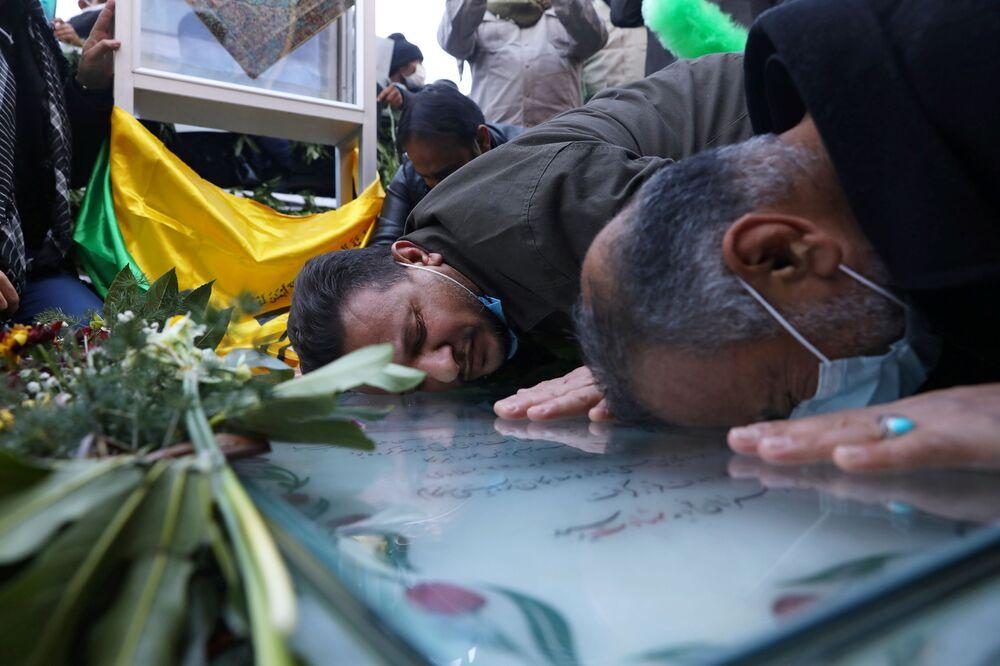 Persone presso la tomba del comandante iraniano Qasem Soleimani a Kerman, in Iran