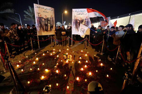 Candele per il primo anniversario della morte del comandante iraniano Qasem Soleimani e del comandante iracheno Abu Mahdi al-Muhandis a Baghdad - Sputnik Italia