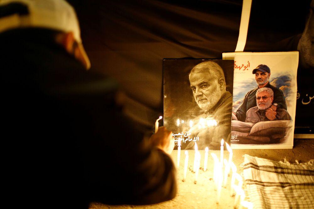 Persone accendono le candele per celebrare il primo anniversario della morte del comandante iraniano Qasem Soleimani e del comandante iracheno Abu Mahdi al-Muhandis a Baghdad
