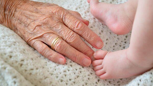Nonna e bebé - Sputnik Italia
