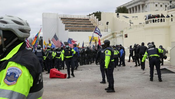 Partidarios de Trump cerca de Capitolio  - Sputnik Italia