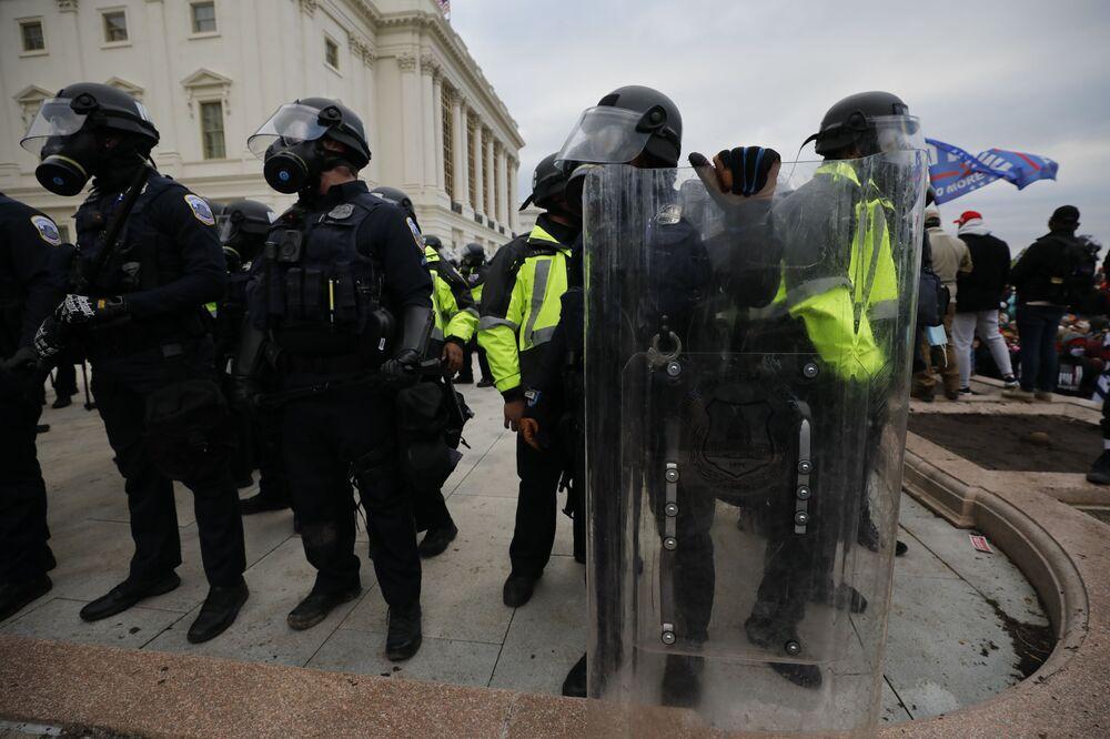 Gli agenti della polizia nel corso delle proteste dei sostenitori del presidente in carica Donald Trump vicino al Campidoglio, USA.