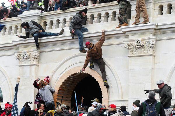 I sostenitori del presidente in carica Donald Trump prendono d'assalto il Campidoglio, Washington, USA.  - Sputnik Italia