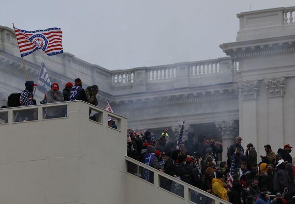I manifestanti organizzano una protesta vicino al Campidoglio a sostegno del presidente in carica Donald Trump, Washington, USA.  - Sputnik Italia