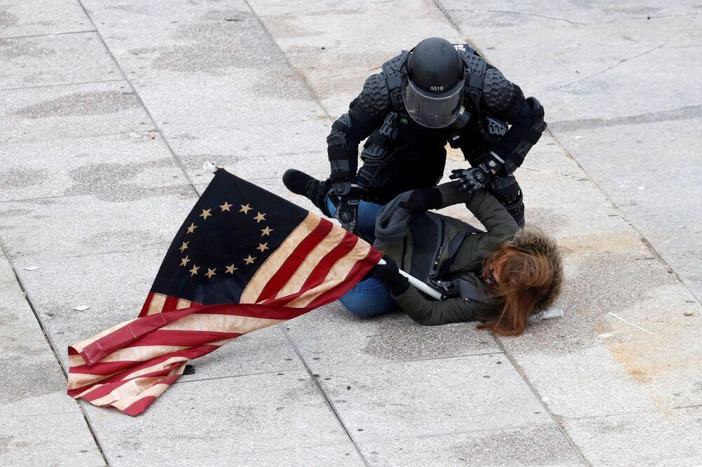 Un agente di polizia arresta un manifestante nel corso delle proteste a sostegno del presidente in carica Donald Trump, Washington, USA.