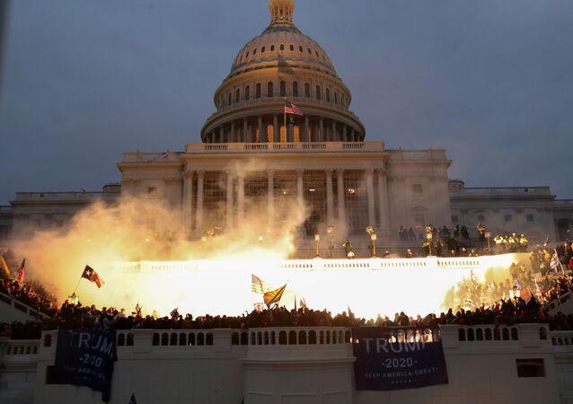 Fuochi al Campidoglio durante le proteste a sostegno del presidente in carica Donald Trump, USA.