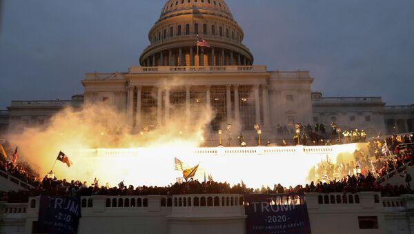 Fuochi al Campidoglio durante le proteste a sostegno del presidente in carica Donald Trump, USA.  - Sputnik Italia