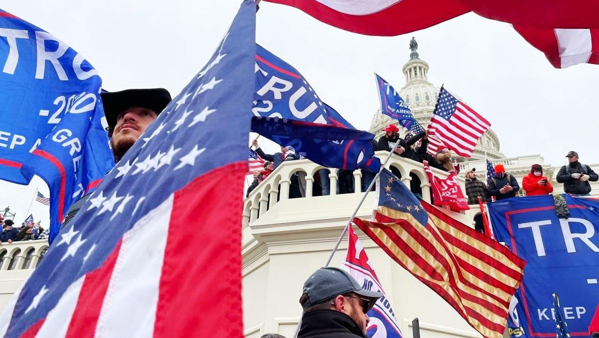 I sostenitori del presidente in carica Donald Trump partecipano a una manifestazione vicino al Campidoglio, USA. - Sputnik Italia, 1920, 13.02.2021