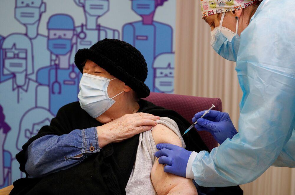 Iniezione del vaccino anti-COVID Pfizer-BioNTech ad una donna anziana a Lleida, Spagna, il 27 dicembre 2020.