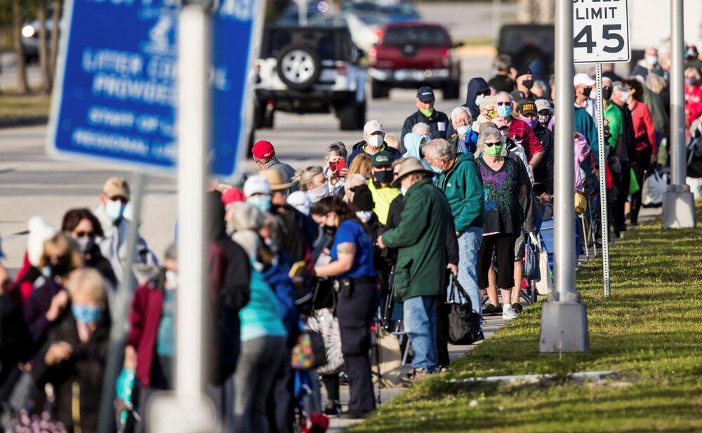 Centinaia di persone si sono messe in fila davanti a un centro di vaccinazione a Fort Myers, Florida, USA, il 30 dicembre 2020.