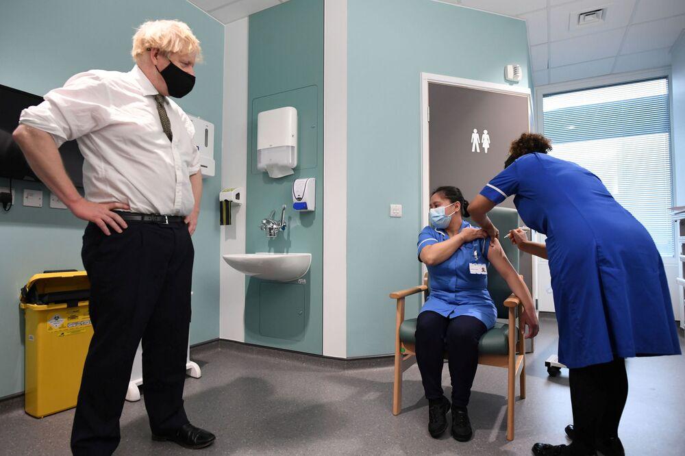 Premier britannico Boris Johnson sta osservando l'iniezione del vaccino anti-Covid a una donna all'ospedale Chase Farm, Londra, Gran Bretagna, 4 gennaio 2021.