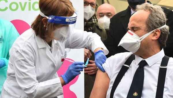 Giovanni Di Perri, professore di Malattie Infettive all'Università di Torino, si sottopone al vaccino anti-Covid all'ospedale Amedeo di Savoia a Torino, il 27 dicembre 2020.  - Sputnik Italia