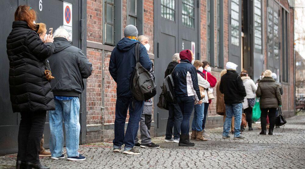 Una fila vicino al centro di vaccinazione a Berlino, Germania, 4 gennaio 2021.