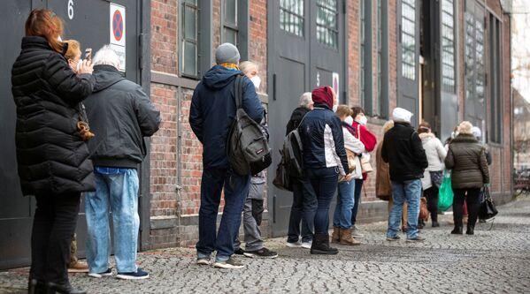Una fila vicino al centro di vaccinazione a Berlino, Germania, 4 gennaio 2021.  - Sputnik Italia