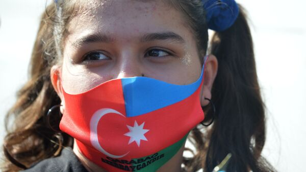 A girl wearing a mask in the colors of the state flags of Turkey and Azerbaijan during the celebration of the ceasefire in Nagorno-Karabakh - Sputnik Italia